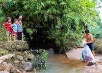 Viral Pria Bungkus Anak di Kantong Plastik Seberangi Sungai, Alasannya Haru