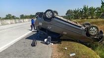 MPV Terguling di Tol Mojokerto, 3 Orang Luka dan 1 Tak Sadarkan Diri