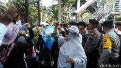 Massa Kembali Aksi Kawal MK, Bawa Mi Instan Berkardus-kardus