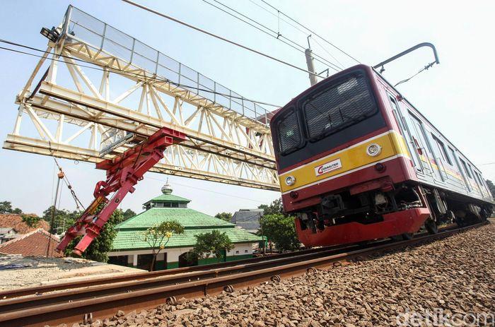 Proyek pembangunan jalur dwi-ganda atau double double track (DDT) Jatinegara-Manggarai terus berlanjut, Jakarta, Selasa (25/6/2019).