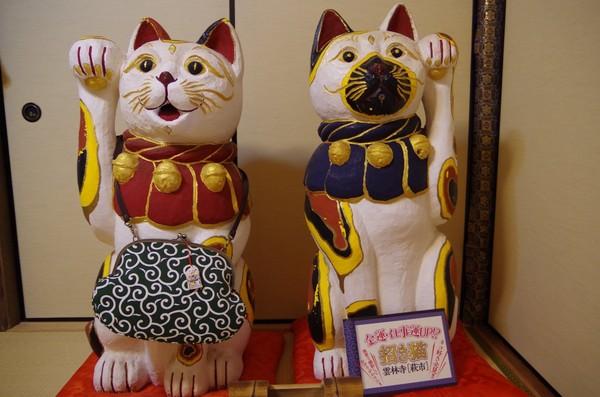 Konon dahulunya ada samurai terkemuka yang meninggal dunia. Kucing peliharaannya sedih kehilangan tuannya. Ia duduk di makam tuannya selama 49 hari sampai kucing ini menggigit lidahnya sendiri dan mati. (Unjrinji/Facebook)