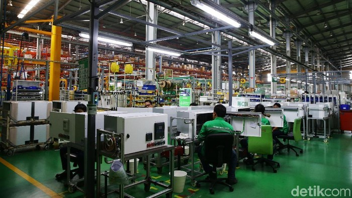 Schneider Electric telah menjadi mitra kerja Kementerian Perindustrian Republik Indonesia untuk pengembangan dan penerapan industri 4.0. Yuk, lihat lebih dekat suasana di dalam pabrik.