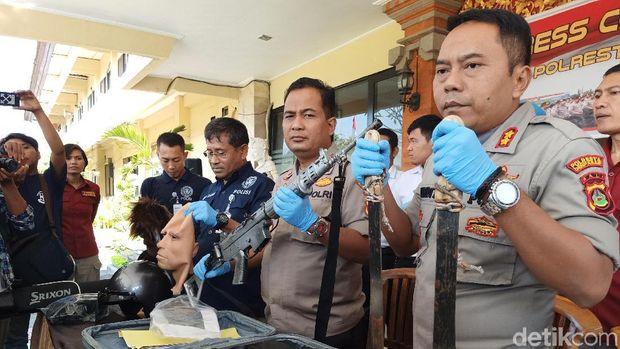 Senjata api laras panjang milik anggota Brimob Polda Bali  yang ditemukan, ditunjukkan dalam jumpa pers di Polresta Denpasar, Selasa (25/6/2019)