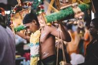 Tak datang dengan tangan kosong. Orang Tamil akan membawa persembahan yang disebut kavadi. Kavadi pun terbagi ke dalam 4 jenis. (iStock)