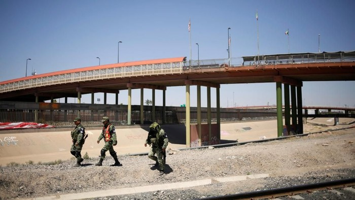 Members of Mexicos National Guard patrol the border between Mexico and the U.S. as part of an ongoing operation to prevent migrants from crossing illegally into the United States, in Ciudad Juarez, Mexico June 24, 2019. REUTERS/Jose Luis Gonzalez