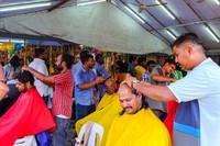 Thaipusam bukan cuma sekedar kavadi. Ada berbagai cara yang dilakukan untuk mempersembahan rasa syukur. Pengunjung Batu Caves bisa melihat pencukuran rambut, doa dan jalan sambil berlutut sepanjang kuil. (iStock)