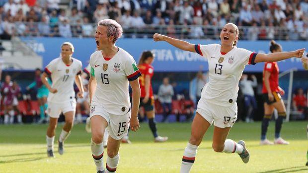 Megan Rapinoe (kiri) jadi pahlawan Amerika Serikat saat menyingkirkan Spanyol.