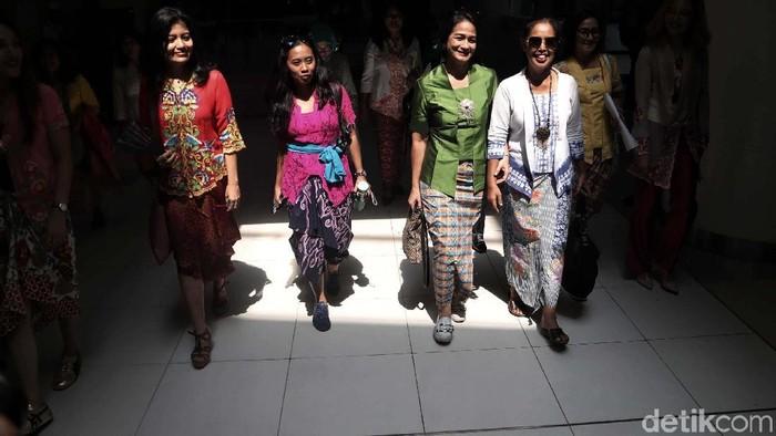 Sejumlah wanita dari Komunitas Perempuan Berkebaya Indonesia mengkampanyekan pemakaian kebaya. Begini aksi yang digelar di Stasiun MRT Dukuh Atas, tersebut.