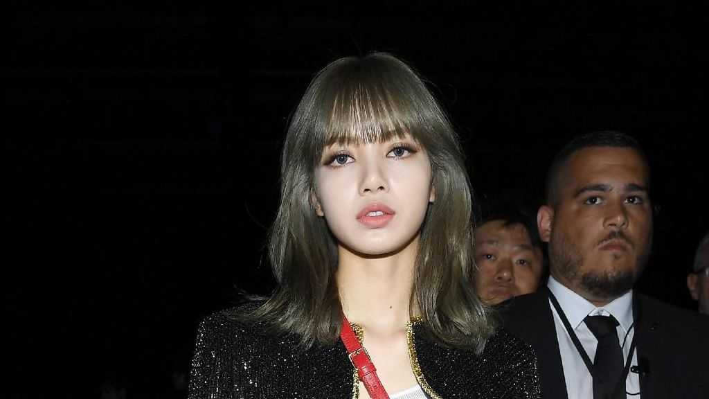 Cantiknya Kebangetan, Lisa Blackpink Curi Perhatian di Paris Fashion Week