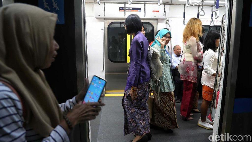 Viral, Foto Wanita Bawa Hula Hoop di MRT Agar Tak Disenggol Penumpang Lain