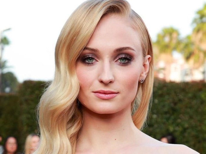HOLLYWOOD, CALIFORNIA - JUNE 04: Sophie Turner attends the premiere of 20th Century Foxs