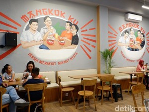 Mencicipi Makanan di Resto Kolaborasi Chef Arnold-Kaesang-Gibran