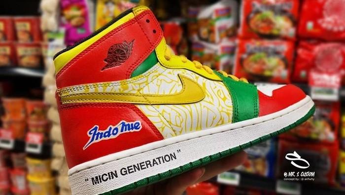 Sneakers Nike Air Jordan 1 x Indomie yang viral. Foto: Instagram/@arifwhy, @mr.s.custom
