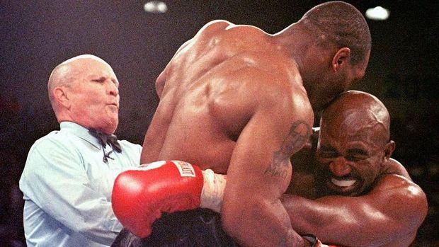 Tato Mao Zedong di bahu kanan Mike Tyson.