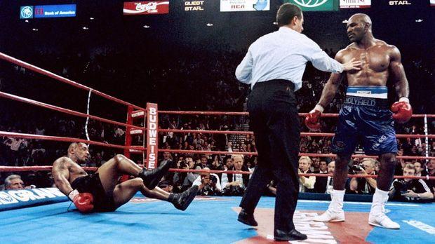 Mike Tyson kalah di pertemuan pertama melawan Evander Holyfield.