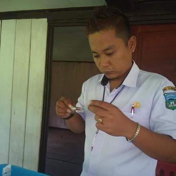Almarhum Mantri Patra saat bertugas.