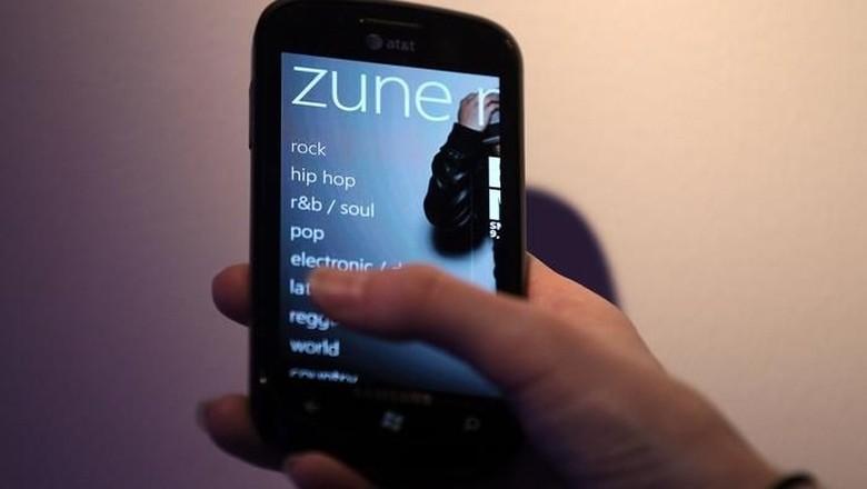Zune. Usai dirilis tahun 2006, penjualan Zune sebenarnya terlihat cukup lumayan (1,2 juta di 2007 dan 2 juta di 2008). Tapi pemutar musik portable ini tetap dianggap gagal karena punya iPods sebagai saingan yang amat berat. (Foto: Getty Images)