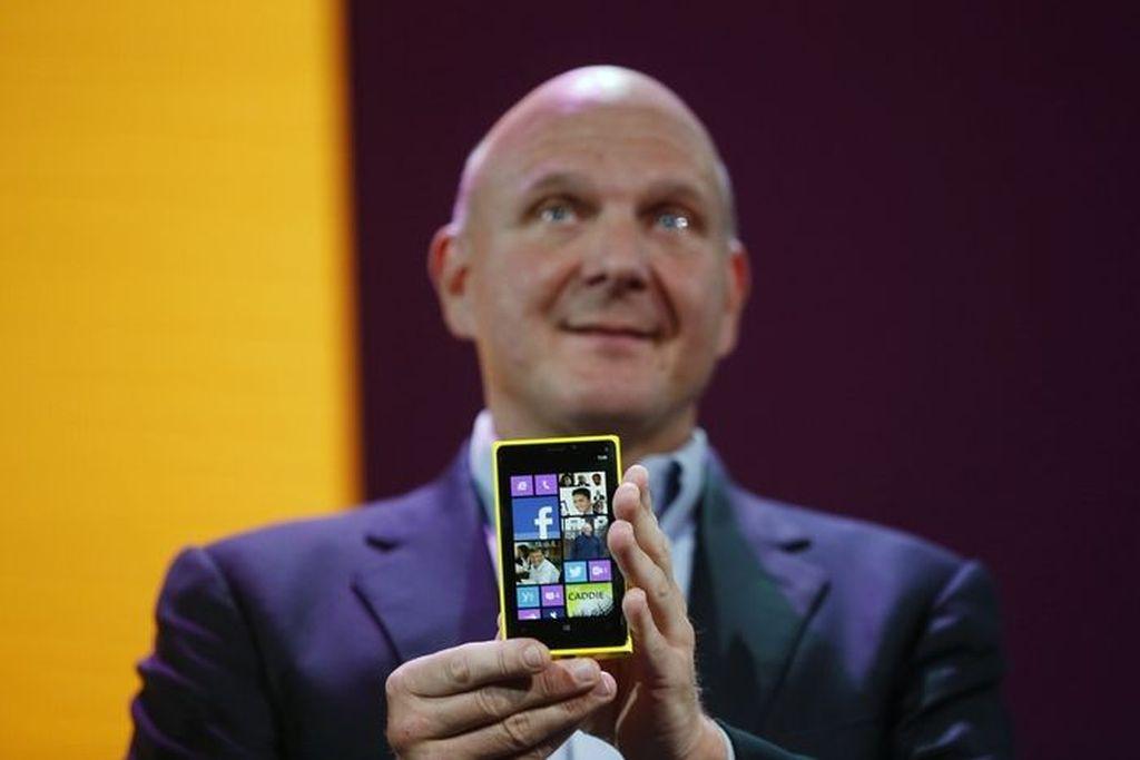 Mantan CEO Microsoft Steve Ballmer memamerkan smarpthone Nokia Lumia 920 saat peluncuran Windows Phone 8 di San Fransisco pada tahun 2012. Nokia memang pendukung terkuat Windows Phone dan mengadopsinya sejak tahun 2011. (Foto: GettyImages)