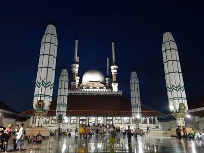 Indahnya Kelenteng Sam Poo Kong dan Masjid Agung Semarang