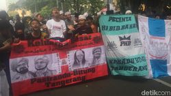 Aksi Kawal MK, Massa Ini Nyanyi Minta Habib Bahar Dibebaskan