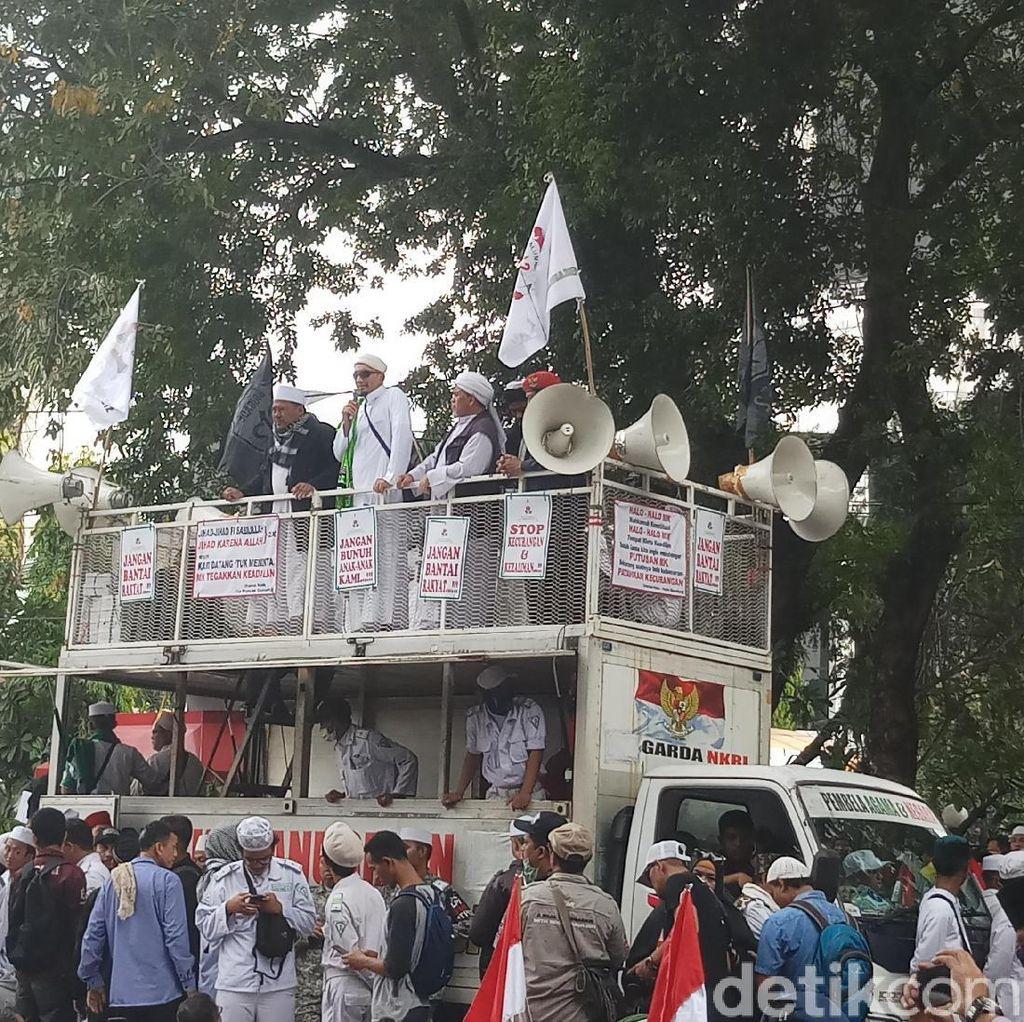 Ketum FPI Sampaikan Salam Habib Rizieq ke Massa Aksi Kawal MK
