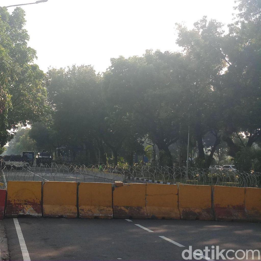 Kawat Berduri dan Barrier Beton Dipasang di Dekat MK