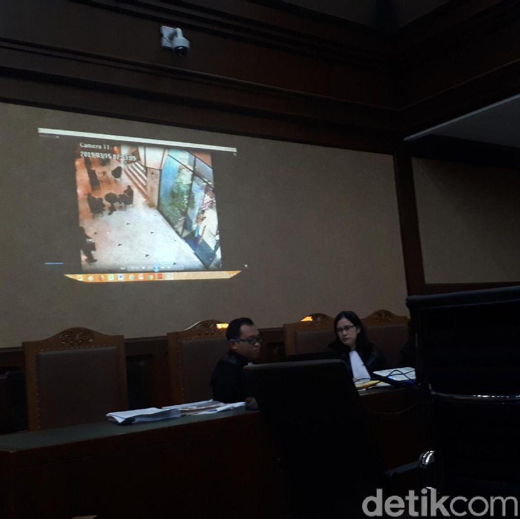 Detik-detik Ajudan Rommy Bawa Uang Suap Terekam CCTV