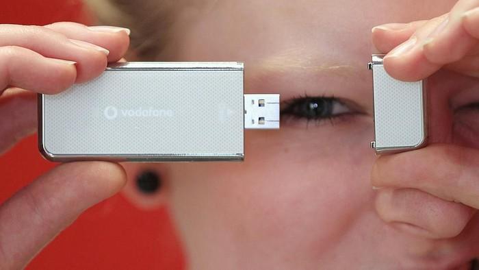 Ilustrasi flashdisk yang terhubung dengan port USB konvensional. Foto: Getty Images