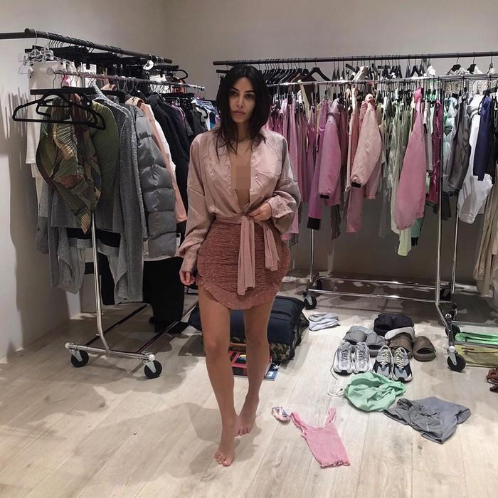 Kim Kardashian tetap pakai Kimono sebagai brand underwear. Foto: Instagram Kim Kardashian