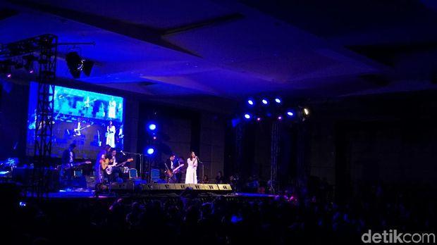 Iwan Fals Jadi Bintang dalam Konser Danilla dan Jason Ranti