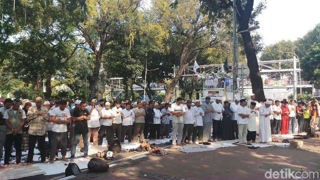 Massa Aksi Kawal MK Salat Asar Berjemaah di Jl Medan Merdeka Barat