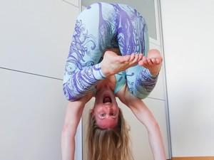 Wanita Ini Jadi Sensasi karena Ajarkan Yoga Tanpa Busana