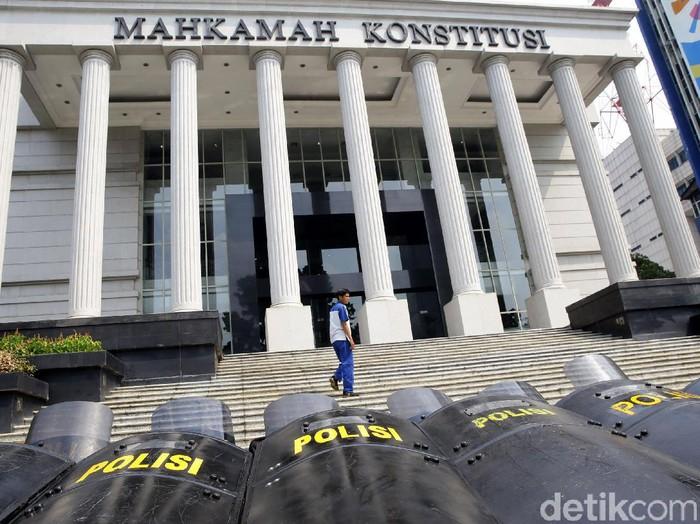 Petugas gabungan dari TNI dan Polri mengamankan area sekitar gedung MK. Pengamanan itu dilakukan jelang sidang putusan MK terkait sengketa Pilpres 2019.