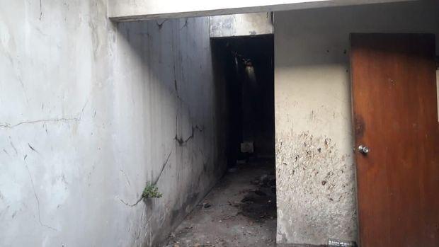 Kerangka ditemukan di bagian belakang rumah kosong.