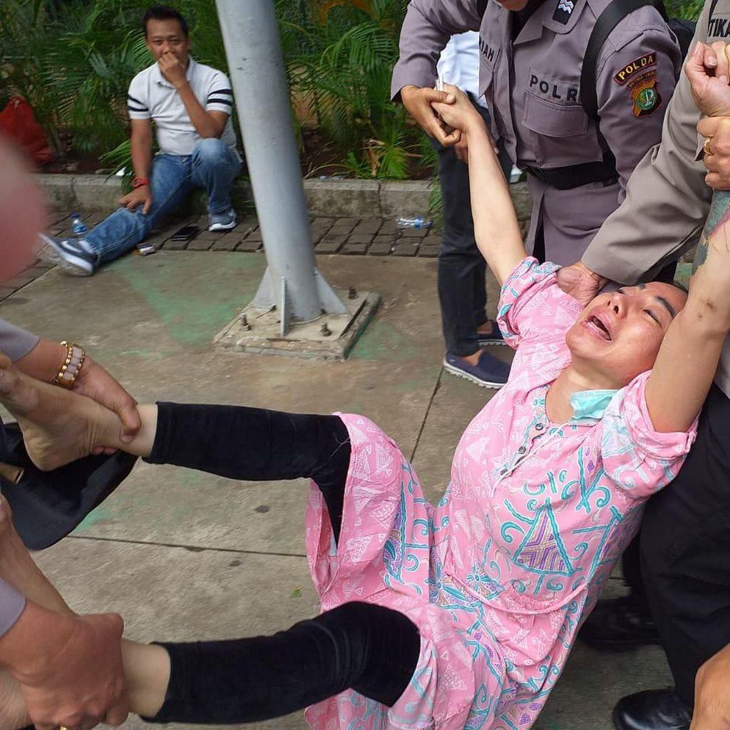 Potret Wanita Bertato di Dekat MK Nangis Histeris Saat Diamankan Polisi