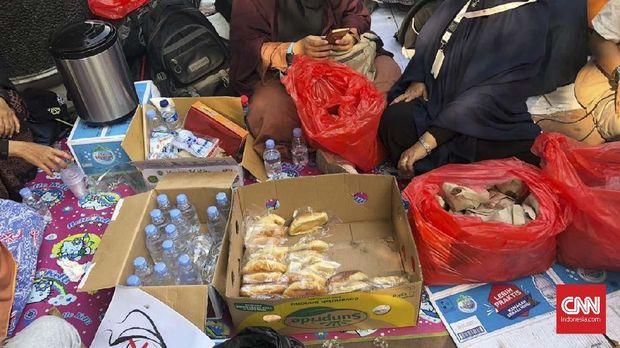 Makanan dan minuman yang ditawarkan secara gratis kepada pengunjuk rasa.