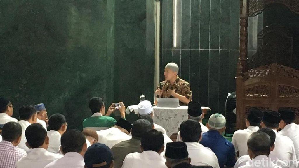 Foto Suasana Ceramah Felix Siauw di Masjid Balai Kota