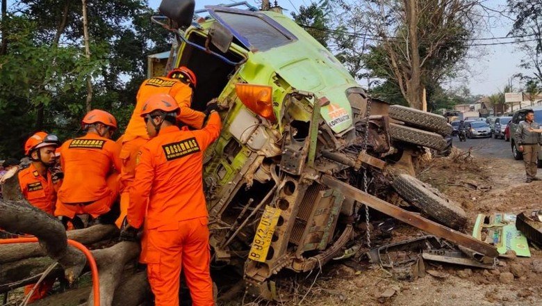 Dramatis! Tim SAR Bandung Selamatkan Sopir Terjepit Dalam Truk