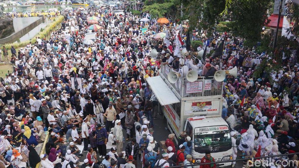 Makin Sore, Massa Aksi Kawal MK Meluber hingga Kemenko Polhukam