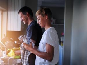Riset: Anak-anak yang Bantu Bereskan Rumah Lebih Sukses Saat Dewasa
