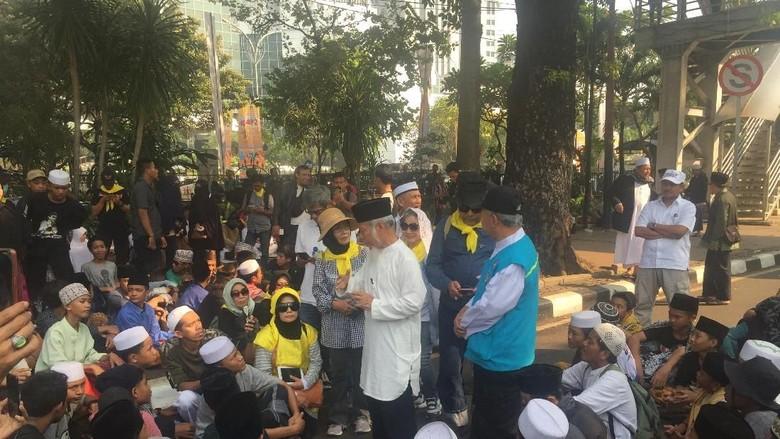 Massa Aksi Kawal MK Mulai Berdatangan di Patung Kuda Monas