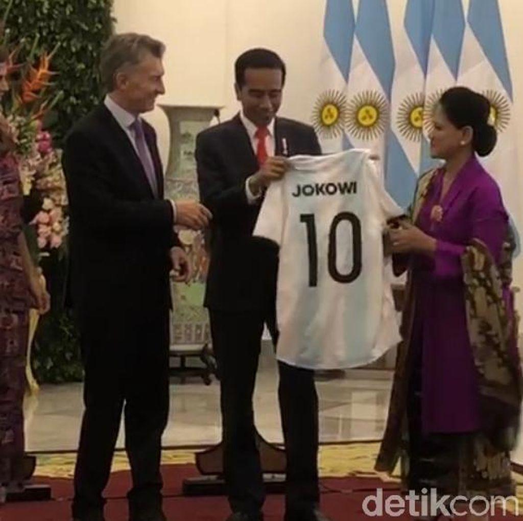 Jokowi Dapat Jersey Timnas Argentina Nomor 10 dari Presiden Macri