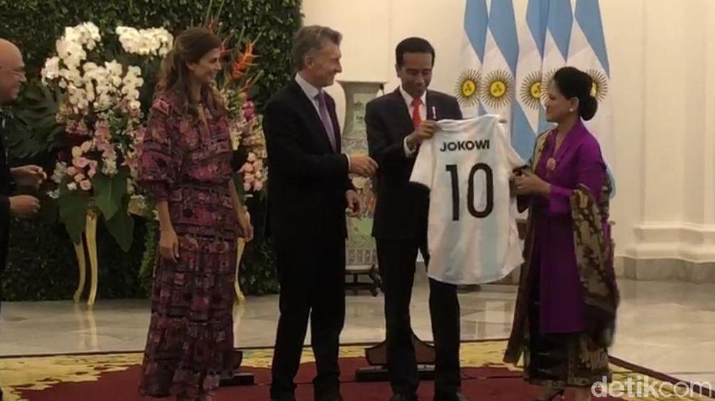 Bertemu Presiden Argentina, Jokowi Dihadiahi Jersey Nomor 10 Albiceleste