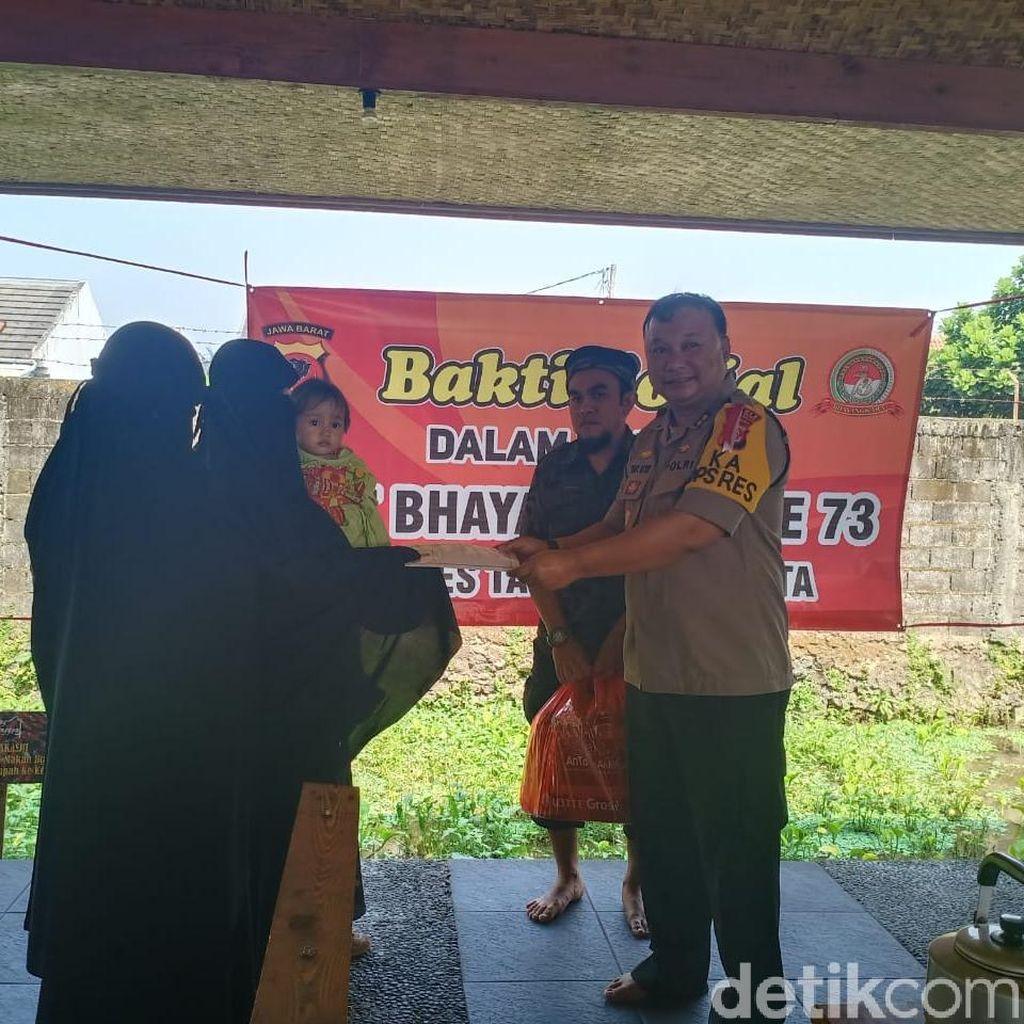 Polisi Beri Sembako-Uang ke Keluarga Napi Teroris di Tasikmalaya