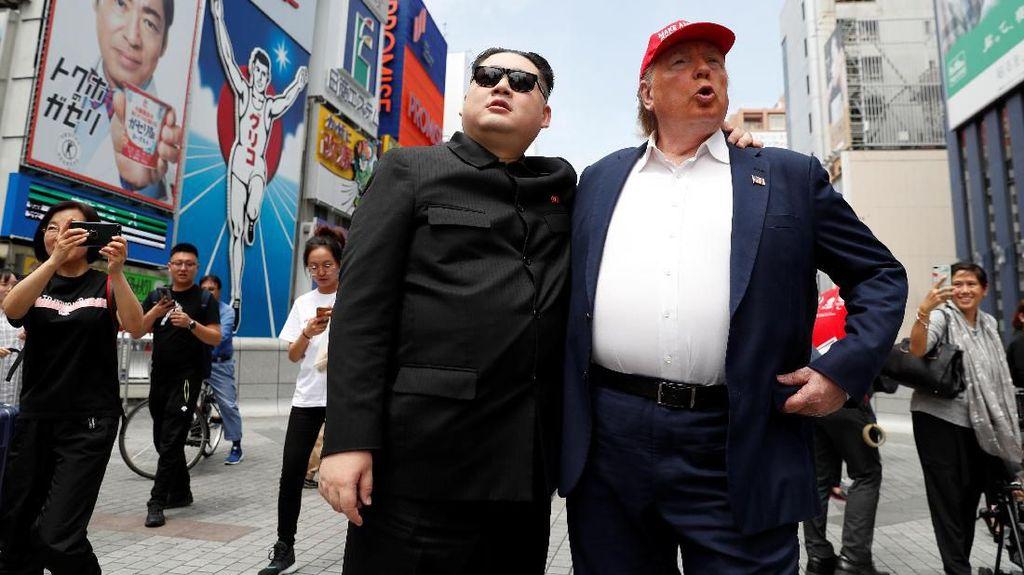 Aksi Kim Jong Un dan Donald Trump Saat Keliling Kota Jepang