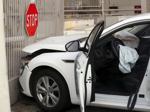 Insiden ini memicu kerusakan pada gerbang Kedubes AS juga pada mobil sedan tersebut
