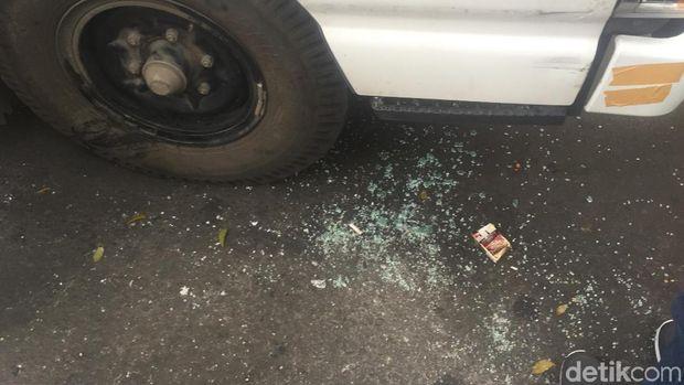 Mobil komando aksi kawal MK mengalami pecah kaca di Jl Medan Merdeka Barat, Jakpus, Rabu (26/6/2019)
