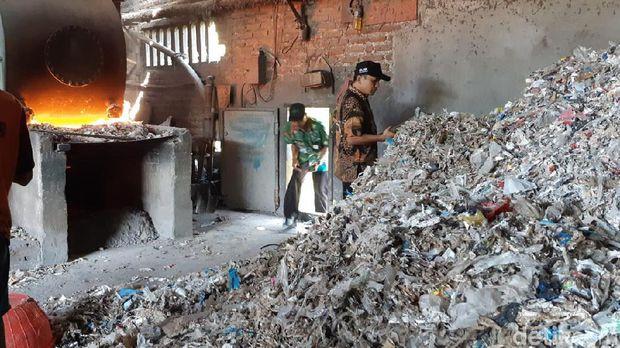 Sampah plastik impor di dekat tungku yang siap dibakar