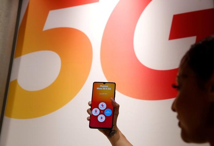 FILE PHOTO: An employee displays a Huawei 5G Smartphone Mate 20X smartphone at a Sunrise telecommunications shop in Opfikon, Switzerland June 21, 2019. REUTERS/Arnd Wiegmann/File Photo