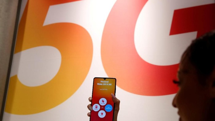 FILE PHOTO: An employee displays a Huawei 5G Smartphone Mate 20X smartphone at a Sunrise telecommunications shop in Opfikon, Switzerland June 21, 2019. REUTERS/Arnd Wiegmann/File Photo